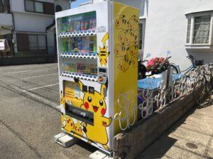 アパート玄関のポケモン自販機